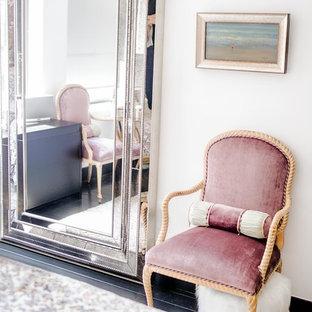 Ispirazione per una camera matrimoniale contemporanea di medie dimensioni con pareti rosa, pavimento in legno verniciato e pavimento nero