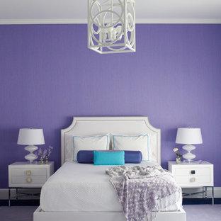 Inspiration för klassiska sovrum, med lila väggar och heltäckningsmatta