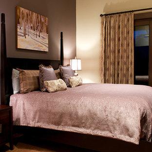 Foto de habitación de invitados rústica, pequeña, con paredes púrpuras y moqueta
