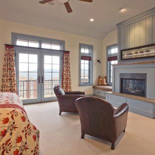 Modelo de dormitorio principal, de estilo americano, de tamaño medio, con paredes blancas, moqueta, chimenea tradicional y marco de chimenea de madera