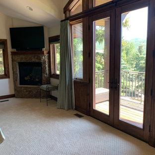 Idee per una camera matrimoniale chic di medie dimensioni con pareti beige, moquette, camino ad angolo, cornice del camino in pietra e pavimento bianco