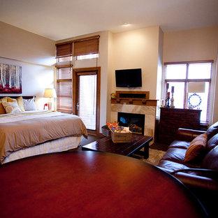 Diseño de dormitorio principal, rústico, pequeño, sin chimenea, con paredes grises, moqueta y marco de chimenea de baldosas y/o azulejos