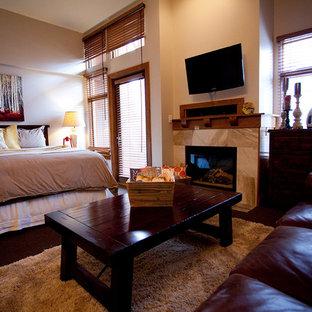 Foto de dormitorio principal, rural, pequeño, sin chimenea, con moqueta, marco de chimenea de baldosas y/o azulejos y paredes grises