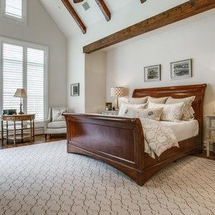 Foto di una grande camera matrimoniale american style con pareti bianche, parquet scuro, nessun camino e pavimento marrone