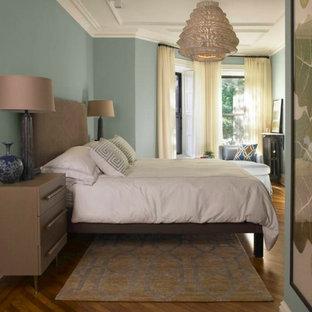 Ispirazione per una grande camera matrimoniale minimalista con pareti blu, parquet chiaro, nessun camino e pavimento blu