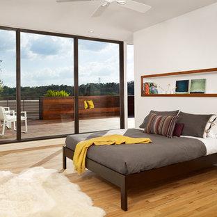 Idee per una camera da letto minimalista con pareti bianche, parquet chiaro, pavimento giallo e letto davanti alla finestra