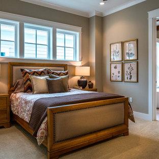 Ejemplo de dormitorio principal, campestre, de tamaño medio, sin chimenea, con paredes marrones y moqueta