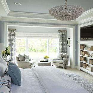 Стильный дизайн: огромная хозяйская спальня в классическом стиле с ковровым покрытием и синими стенами без камина - последний тренд
