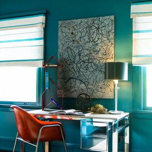 Ejemplo de habitación de invitados industrial, de tamaño medio, sin chimenea, con paredes azules, suelo de madera oscura y suelo marrón