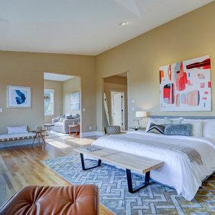 サンフランシスコのコンテンポラリースタイルのおしゃれな主寝室 (黄色い壁、無垢フローリング)