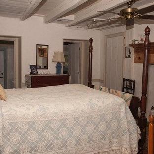 Imagen de dormitorio principal, tradicional, de tamaño medio, con paredes blancas, suelo de pizarra y suelo gris