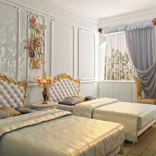 Пример оригинального дизайна: большая гостевая спальня в викторианском стиле с синими стенами, полом из керамогранита и коричневым полом