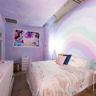 Idée de décoration pour une chambre parentale bohème avec un mur multicolore et un sol marron.