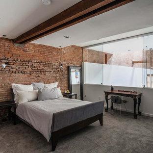 Foto de dormitorio principal, urbano, de tamaño medio, sin chimenea, con paredes rojas y moqueta