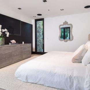 Großes Modernes Hauptschlafzimmer mit weißer Wandfarbe, hellem Holzboden, beigem Boden und gewölbter Decke in Los Angeles