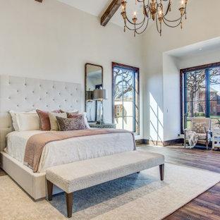 ダラスのトランジショナルスタイルのおしゃれな主寝室 (黄色い壁、無垢フローリング、暖炉なし、茶色い床、表し梁) のインテリア