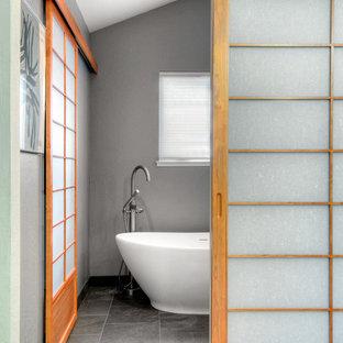 Modelo de dormitorio principal, asiático, de tamaño medio, con paredes grises y suelo de baldosas de cerámica