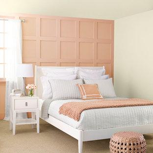 シャーロットの中くらいのトランジショナルスタイルのおしゃれな主寝室 (オレンジの壁、カーペット敷き) のレイアウト