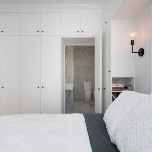 Esempio di una camera matrimoniale classica di medie dimensioni con pareti bianche, parquet chiaro, pavimento giallo, soffitto in legno e pannellatura