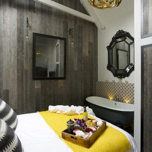 Diseño de dormitorio principal, actual, de tamaño medio, con paredes beige, suelo de pizarra y suelo gris