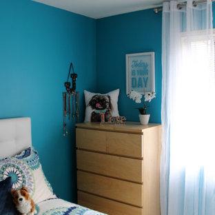 Идея дизайна: маленькая спальня в современном стиле с синими стенами, ковровым покрытием и белым полом