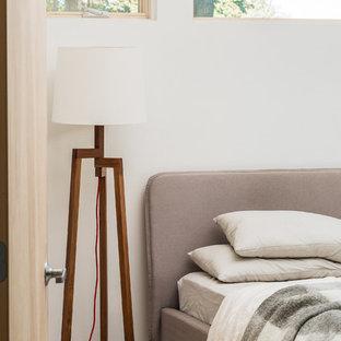 Diseño de dormitorio principal, contemporáneo, pequeño, con paredes blancas, suelo de cemento y suelo gris
