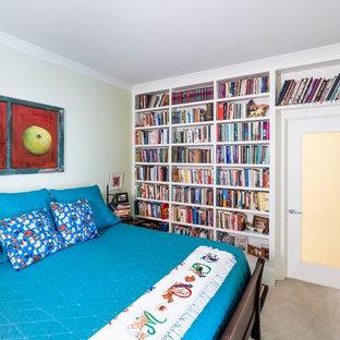 Diseño de habitación de invitados bohemia, pequeña, sin chimenea, con paredes verdes, moqueta y suelo beige