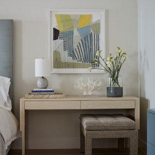 Großes Maritimes Hauptschlafzimmer mit weißer Wandfarbe, Kamin, Kaminumrandung aus Holz, beigem Boden und hellem Holzboden in San Luis Obispo