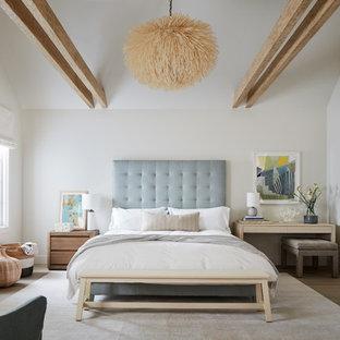 Foto de dormitorio principal, marinero, grande, con paredes blancas, chimenea tradicional, suelo de madera en tonos medios, marco de chimenea de madera y suelo marrón