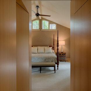サンフランシスコの中サイズのコンテンポラリースタイルのおしゃれな主寝室 (黄色い壁、淡色無垢フローリング、黄色い床) のインテリア