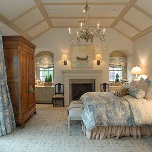 Новые идеи обустройства дома: спальня в викторианском стиле с белыми стенами и камином