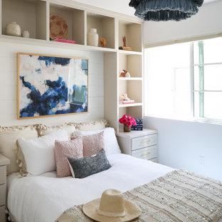 オレンジカウンティのビーチスタイルのおしゃれな客用寝室 (白い壁、無垢フローリング、暖炉なし、茶色い床、塗装板張りの壁) のレイアウト