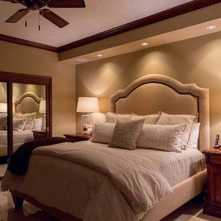Foto de habitación de invitados marinera, grande, con paredes beige y suelo de piedra caliza