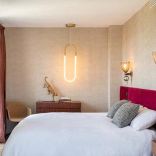Cette photo montre une grand chambre parentale tendance avec un mur beige, un sol en bois foncé, un sol marron et du papier peint.