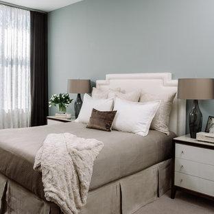 Immagine di una camera degli ospiti design di medie dimensioni con pareti beige e parquet scuro