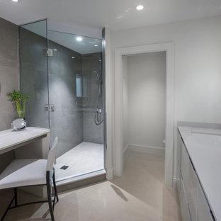 Стильный дизайн: хозяйская спальня среднего размера в стиле модернизм с белыми стенами, полом из керамогранита и бежевым полом - последний тренд