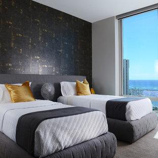 Modelo de habitación de invitados contemporánea, de tamaño medio, sin chimenea, con paredes negras, moqueta y suelo gris