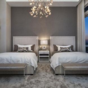 Diseño de habitación de invitados actual, grande, con paredes grises y suelo de mármol