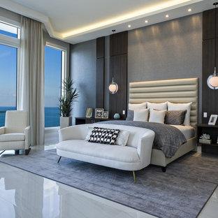 Ejemplo de dormitorio principal, actual, grande, con paredes grises y suelo de mármol