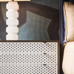 Foto på ett funkis huvudsovrum, med beige väggar, ljust trägolv och beiget golv