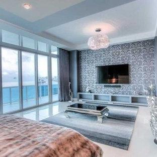 Diseño de dormitorio principal, contemporáneo, grande, sin chimenea, con paredes azules y suelo de baldosas de porcelana