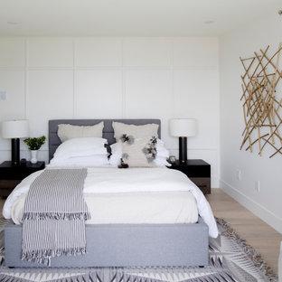 Esempio di una camera da letto scandinava con pareti bianche, parquet chiaro, nessun camino e pannellatura