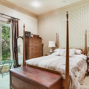 Esempio di una camera matrimoniale classica con pareti beige, moquette e pavimento giallo