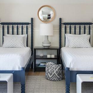 Ispirazione per una camera da letto costiera con pareti grigie, pavimento in legno massello medio, pavimento marrone e boiserie