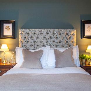 Modelo de dormitorio principal, tradicional, pequeño, con paredes verdes, moqueta, chimenea tradicional, marco de chimenea de metal y suelo beige