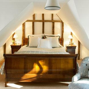 Inspiration för mellanstora lantliga gästrum, med heltäckningsmatta och vita väggar