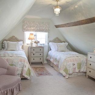 На фото: гостевые спальни среднего размера в стиле кантри с ковровым покрытием и белыми стенами