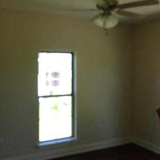 Imagen de dormitorio clásico, pequeño, con paredes beige y suelo vinílico