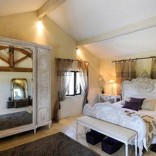 Ispirazione per una camera degli ospiti country di medie dimensioni con pareti multicolore, pavimento in pietra calcarea, camino classico e pavimento multicolore