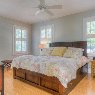 Foto de habitación de invitados exótica, de tamaño medio, con paredes azules y suelo de bambú
